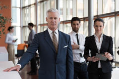Πορτρέτο του ανώτερου επιχειρηματία ως ηγέτη με τη ομάδα ανθρώπων ι Στοκ Φωτογραφίες