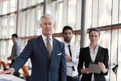 Πορτρέτο του ανώτερου επιχειρηματία ως ηγέτη με τη ομάδα ανθρώπων ι Στοκ Φωτογραφία