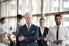 Πορτρέτο του ανώτερου επιχειρηματία ως ηγέτη με τη ομάδα ανθρώπων ι Στοκ φωτογραφία με δικαίωμα ελεύθερης χρήσης