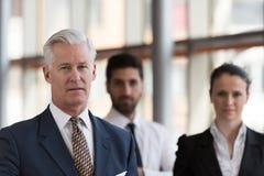 Πορτρέτο του ανώτερου επιχειρηματία ως ηγέτη με τη ομάδα ανθρώπων ι Στοκ φωτογραφίες με δικαίωμα ελεύθερης χρήσης