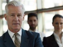 Πορτρέτο του ανώτερου επιχειρηματία ως ηγέτη με το προσωπικό στο backgrou Στοκ εικόνες με δικαίωμα ελεύθερης χρήσης