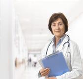Πορτρέτο του ανώτερου θηλυκού γιατρού στοκ φωτογραφία με δικαίωμα ελεύθερης χρήσης
