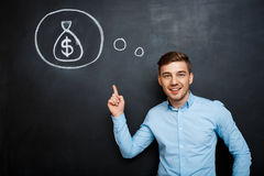 Πορτρέτο του απασχολημένου ατόμου που δείχνει στο μυαλό του για τα χρήματα Στοκ Εικόνα