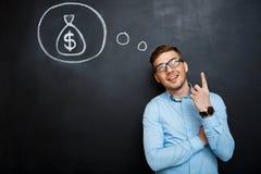 Πορτρέτο του απασχολημένου ατόμου που δείχνει στο μυαλό του για τα χρήματα Στοκ εικόνες με δικαίωμα ελεύθερης χρήσης