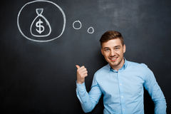 Πορτρέτο του απασχολημένου ατόμου που δείχνει στο μυαλό του για τα χρήματα Στοκ εικόνα με δικαίωμα ελεύθερης χρήσης