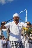 Πορτρέτο του από το Μπαλί ατόμου στη έκσταση με τα παραδοσιακά στιλέτα Στοκ Εικόνες