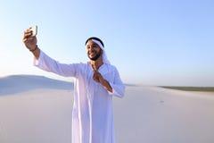 Πορτρέτο του αραβικού sheikh ατόμου με τη συσκευή που επικοινωνεί μέσα Στοκ εικόνα με δικαίωμα ελεύθερης χρήσης