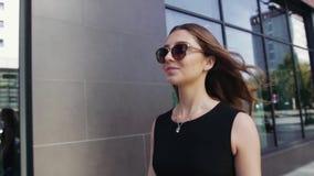 Πορτρέτο του αρκετά νέου περπατήματος γυναικών κατά μήκος της προθήκης κίνηση αργή απόθεμα βίντεο
