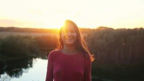Πορτρέτο του αρκετά νέου χαμόγελου γυναικών στο ηλιοβασίλεμα σε σε αργή κίνηση 1920x1080 απόθεμα βίντεο