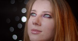 Πορτρέτο του αρκετά ξανθού προτύπου με τη φωτεινή σύνθεση που προσέχει προς τα πάνω να είσαι ονειροπόλος στο υπόβαθρο bokeh απόθεμα βίντεο