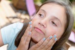 Πορτρέτο του αρκετά όμορφου νέου κοριτσιού που κάνει τα πρόσωπα Στοκ Φωτογραφία