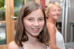 Πορτρέτο του αρκετά όμορφου νέου κοριτσιού, υπόβαθρο μητέρων Στοκ Φωτογραφία