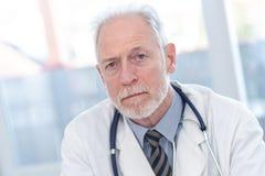 Πορτρέτο του αρσενικού ανώτερου γιατρού στοκ φωτογραφία με δικαίωμα ελεύθερης χρήσης