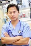 Πορτρέτο του αρσενικού γιατρού στη εντατική Στοκ Εικόνα