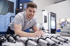Πορτρέτο του αρσενικού μηχανικού με τα σχέδια CAD στο εργοστάσιο στοκ φωτογραφία