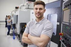 Πορτρέτο του αρσενικού μηχανικού που ενεργοποιεί CNC τα μηχανήματα στο εργοστάσιο στοκ φωτογραφία με δικαίωμα ελεύθερης χρήσης