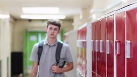 Πορτρέτο του αρσενικού περπατήματος σπουδαστών γυμνασίου κάτω από το διάδρομο απόθεμα βίντεο