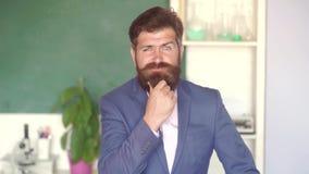 Πορτρέτο του αρσενικού φοιτητή πανεπιστημίου στο εσωτερικό ( Σπουδαστής και έννοια εκπαίδευσης παράδοσης ιδιαίτερων μαθημάτων Να  φιλμ μικρού μήκους