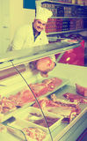 Πορτρέτο του αρσενικού χασάπη στο kosher τμήμα στην υπεραγορά στοκ εικόνες με δικαίωμα ελεύθερης χρήσης