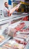 Πορτρέτο του αρσενικού χασάπη στο kosher τμήμα στην υπεραγορά στοκ φωτογραφία με δικαίωμα ελεύθερης χρήσης