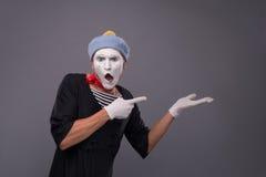Πορτρέτο του αρσενικού mime στο κόκκινο κεφάλι και με το λευκό Στοκ Εικόνες