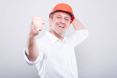 Πορτρέτο του αρχιτέκτονα που φορά hardhat που κάνει τη χειρονομία νικητών Στοκ φωτογραφία με δικαίωμα ελεύθερης χρήσης