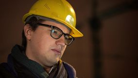 Πορτρέτο του αρχιτέκτονα στο κίτρινο κράνος με τα eyeglasess απόθεμα βίντεο
