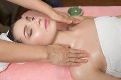Πορτρέτο του ασθενή γυναικών ayurveda spa κεντρικό να βρεθεί wellness που χαλαρώνουν Στοκ Εικόνες