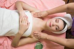 Πορτρέτο του ασθενή γυναικών ayurveda spa κεντρικό να βρεθεί wellness που χαλαρώνουν Στοκ εικόνα με δικαίωμα ελεύθερης χρήσης