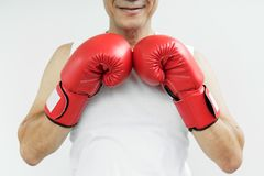 Πορτρέτο του ασιατικού ανώτερου ατόμου μαχητών με τα κόκκινα εγκιβωτίζοντας γάντια στο W Στοκ Εικόνες