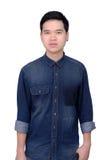 Πορτρέτο του ασιατικού ατόμου που φορά το πουκάμισο τζιν Στοκ Φωτογραφίες