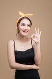 Πορτρέτο του ασιατικού κοριτσιού με το όμορφο χαμόγελο στο ύφος pinup με το han Στοκ φωτογραφίες με δικαίωμα ελεύθερης χρήσης