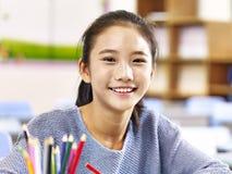 Πορτρέτο του ασιατικού σπουδαστή δημοτικών σχολείων στοκ φωτογραφία με δικαίωμα ελεύθερης χρήσης