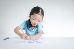 Πορτρέτο του ασιατικού σχεδίου μικρών κοριτσιών χαμόγελου με το μολύβι χρώματος Στοκ Φωτογραφία