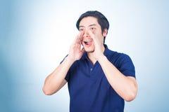 Πορτρέτο του ασιατικού τύπου που φωνάζει, κραυγή, να φωνάξει, χέρι σε δικοί του Στοκ φωτογραφία με δικαίωμα ελεύθερης χρήσης