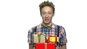 Πορτρέτο του αστείου αγοριού με τα κιβώτια δώρων απόθεμα βίντεο