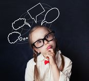 Πορτρέτο του αστείου μικρού κοριτσιού με την κενή κιμωλία λεκτικών σύννεφων στοκ φωτογραφίες με δικαίωμα ελεύθερης χρήσης