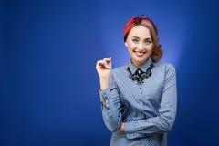 Πορτρέτο του αστείου συναισθηματικού κοριτσιού στο ύφος pinup στο μπλε backgrou Στοκ Εικόνες