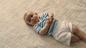 Πορτρέτο του λατρευτού μωρού στο κρεβάτι απόθεμα βίντεο