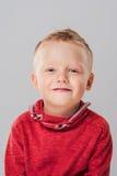 Πορτρέτο του λατρευτού νέου ευτυχούς αγοριού που εξετάζει τη κάμερα Στοκ εικόνα με δικαίωμα ελεύθερης χρήσης