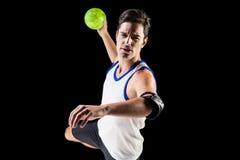 Πορτρέτο του ατόμου αθλητών που ρίχνει μια σφαίρα Στοκ Εικόνες