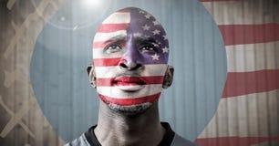 Πορτρέτο του ατόμου με τη αμερικανική σημαία ενάντια στη μουτζουρωμένη ξύλινη επιτροπή με συρμένα τη χέρι αμερικανική σημαία και  Στοκ Εικόνα