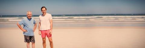 Πορτρέτο του ατόμου με τη στάση πατέρων στην παραλία στοκ φωτογραφίες με δικαίωμα ελεύθερης χρήσης