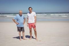 Πορτρέτο του ατόμου με τη στάση πατέρων στην παραλία στοκ φωτογραφίες