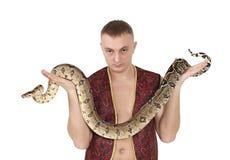 Πορτρέτο του ατόμου με boa το φίδι στοκ φωτογραφία