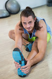 Πορτρέτο του ατόμου που κάνει την τεντώνοντας άσκηση Στοκ εικόνες με δικαίωμα ελεύθερης χρήσης