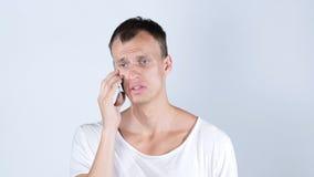 πορτρέτο του ατόμου που μιλά στο τηλέφωνο κυττάρων του, άνεργος λυπημένος, απόρριψη της εργασίας του στοκ εικόνες