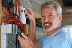 Πορτρέτο του ατόμου που παίρνει την ανάγνωση από το μετρητή ηλεκτρικής ενέργειας στοκ εικόνες με δικαίωμα ελεύθερης χρήσης