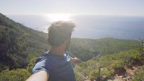Πορτρέτο του ατόμου που στέκεται στο βουνό ενάντια στη θάλασσα φιλμ μικρού μήκους
