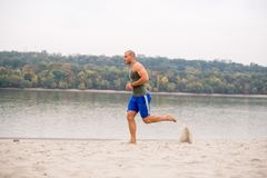 Πορτρέτο του ατόμου που τρέχει στην άμμο Στοκ Φωτογραφία